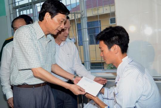 Chủ tịch UBND tỉnh Quảng Ninh Nguyễn Văn Đọc thăm hỏi và tặng quà chiến sĩ bị thương trong vụ nổ súng đang điều trị tại bệnh viện