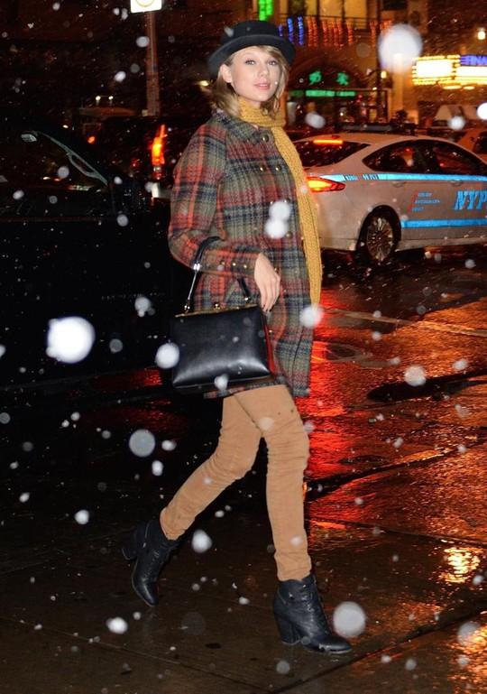 """""""Người sói"""" Hugh Jackman điển trai bên Taylor Swift"""
