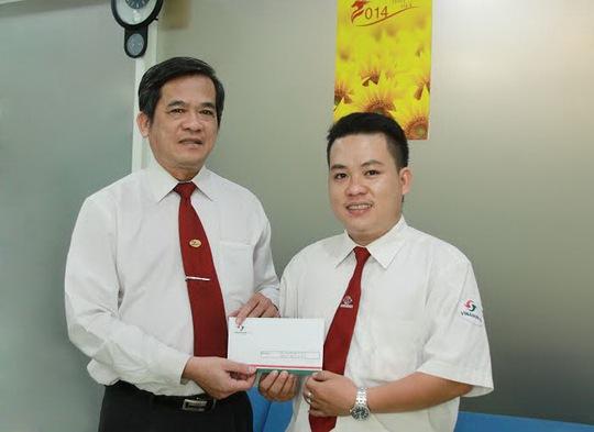 Ông Huỳnh Văn Sỹ, Phó tổng giám đốc Vinasun (bìa trái), tặng tiền thưởng cho tài xế Nguyễn Tuấn Quốc