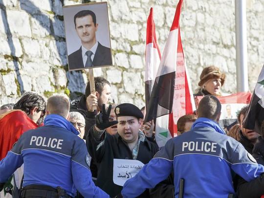 Người ủng hộ Tổng thống Syria Bashar al-Assad biểu tình ở Montreux - Thụy Sĩ. Ảnh: EPA