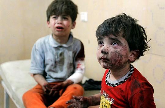Những em bé vẫn chưa thể hoàn hồn sau khi thoát khỏi khu vực bị tấn công. Ảnh: Reuters