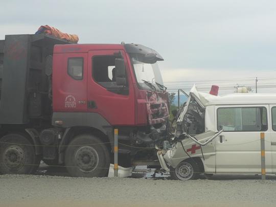 Xe cứu thương đối đầu xe tải, 3 người chết, 2 người nguy kịch