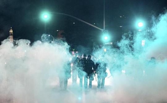Cảnh sát dùng hơi cay giải tán người biểu tình. Ảnh: Reuters