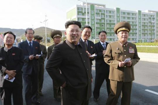 Kim Jong-un xuất hiện với gậy. Ảnh: Reuters