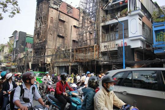 Sáng 31-12, đoạn đường Trần Quốc Thảo nơi xảy ra cháy đêm 30-12 bị ùn tắc do nhiều người hiếu kỳ, chạy chậm xem thiệt hại của vụ cháy