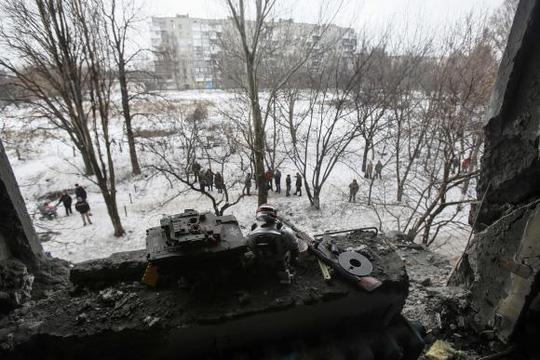 Quân đội Kiev tố phe ly khai bắn pháo vào lực lượng này. Ảnh: Reuters