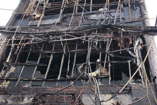 Một nhà bị cháy rụi