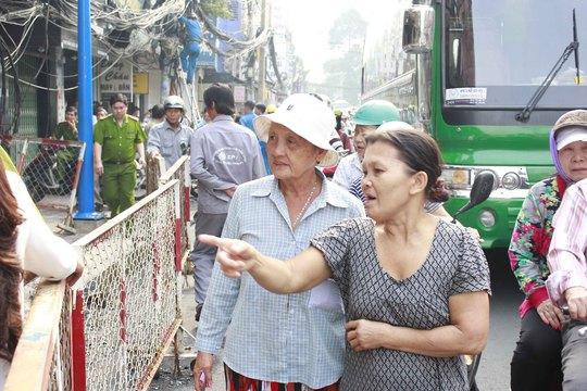 Người dân hiếu kỳ bàn tán về vụ cháy