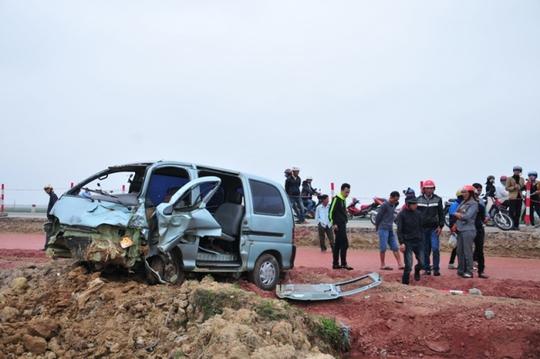 Chiếc xe ô tô gây tai nạn bị biến dạng phần đầu