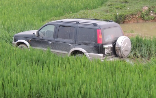 Sau cú tông, xe ô tô lao xuống ruộng lúa, một cô gái và một cụ già trên xe ôtô bị thương nặng
