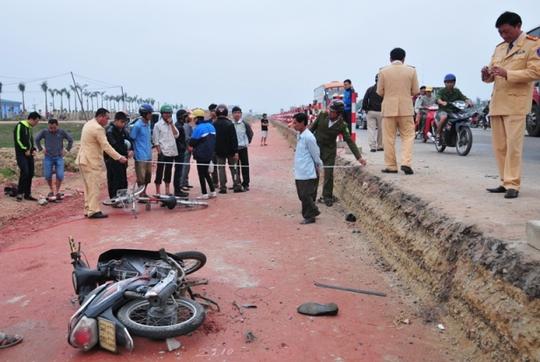 Lực lượng chức năng có mặt tại hiện trường để điều tra nguyên nhân tai nạn