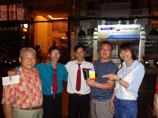 Đại diện khách hàng (bìa phải), nhận lại tài sản do tài xế Vinasun trao trả