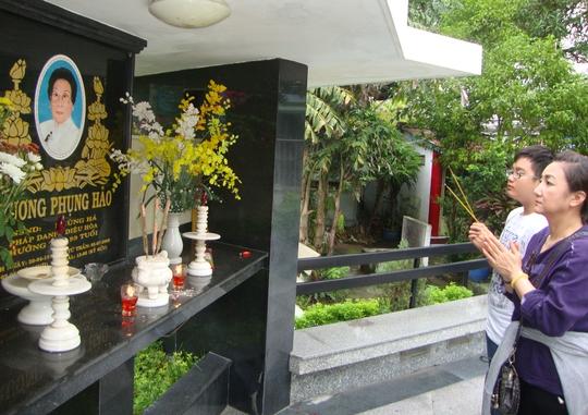 NSƯT Thanh Thanh Tâm và con trai viếng mộ NSND Phùng Há