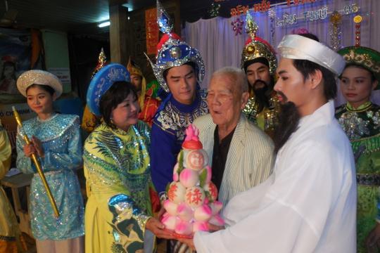 NSƯT Thanh Nguyệt mừng thọ nhạc sĩ Tám Lang
