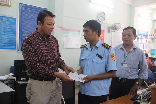 Ông Nguyễn Hồng Phương, phó giám đốc Bệnh viện Nguyễn Thanh Vân, trao quà cho CNVC-LĐ bị bệnh hiểm nghèo