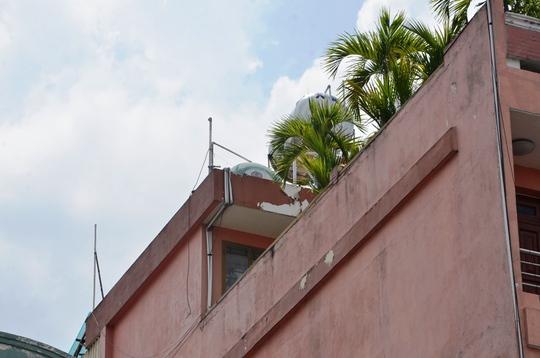 Khu vực bồn chứa nước trên tầng thượng nhà 276 Hai Bà Trưng, phường Tân Định, quận 1 – TP HCM, nơi nạn nhân bị điện giật rồi ngã xuống mái tôn nhà bên cạnh dẫn đến tử vong.