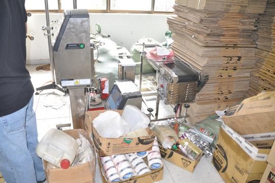 Máy móc chế tạo nhớt giả do Công an quận 12 – TP HCM thu giữ tại 2 xưởng của Ngọc.