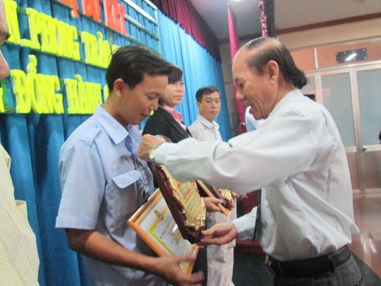 Ông Trần Minh Vũ, Chủ tịch LĐLĐ quận Tân Phú, TP HCM trao giấy khen và biểu trưng cho các doanh nghiệp tiêu biểu (ảnh: K.Ngân)