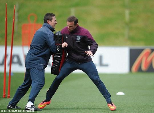 Rooney tập tăng cường sức chịu đựng va chạm