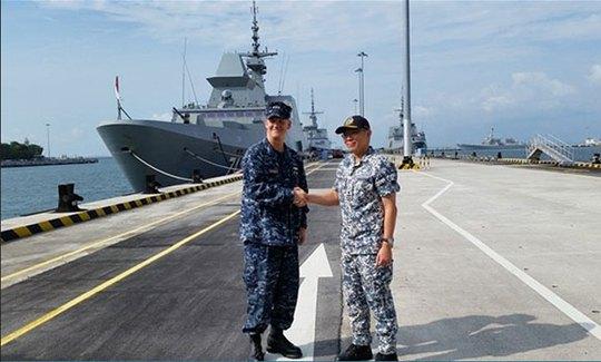 Phó đô đốc Hải quân Mỹ Robert Thomas và Thiếu tướng Hải quân Singapore Timothy Lo trong cuộc gặp hôm 29-7. Ảnh: CNA