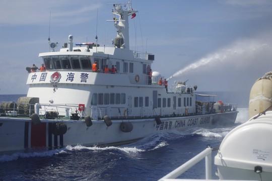 Tàu Trung Quốc cố tình bắn vòi rồng vào tàu Việt Nam Ảnh: Reuters