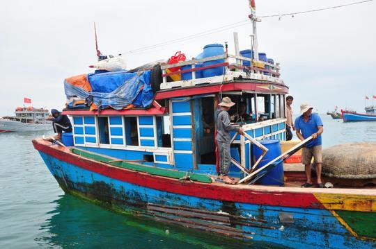 Sáng 9-5, tàu cá QNg 96416 TS của ngư dân Nguyễn Lộc (Lý Sơn, Quảng Ngãi) cập cảng Lý Sơn trong tình trạng mạng phải bị đâm bể nát; các cửa kính, vách ngăn trên cabin bị hư hỏng nặng. Ảnh: Mạn phải thân tàu QNg 96416 bị tàu ngư chính Trung Quốc đâm hư hỏng
