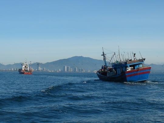 Tàu SAR-01 lai dắt tàu cá của Bình Định