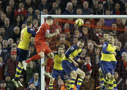 Skrtel bật cao đánh đầu cân bằng tỉ số cho Liverpool ở phút 90+7