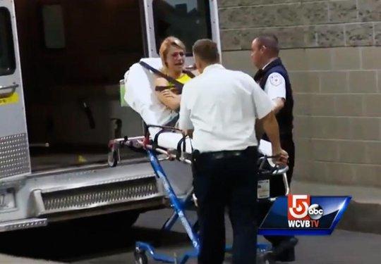 Một phụ nữ được đưa lên xe cứu thương trong đêm diễn của Avicii
