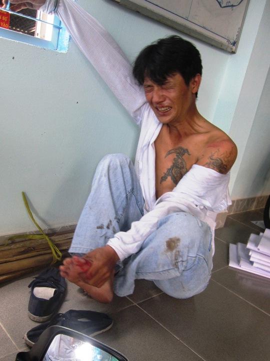 Đối tượng Sang với nhiều hình xăm vằn vện trên người, bị còng tại Công an phường Phú Hòa, TP Thủ Dầu Một (Bình Dương).