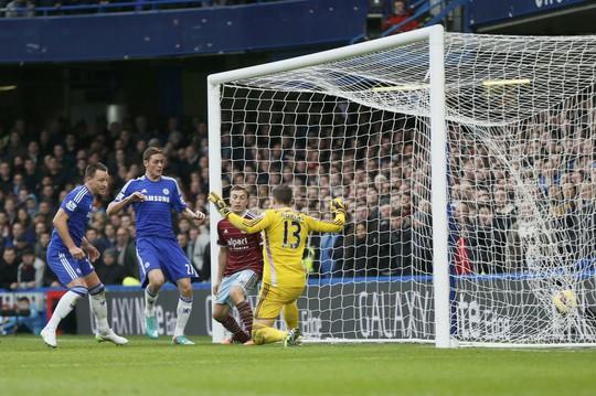 John Terry (trái) ghi bàn mở tỉ số cho Chelsea