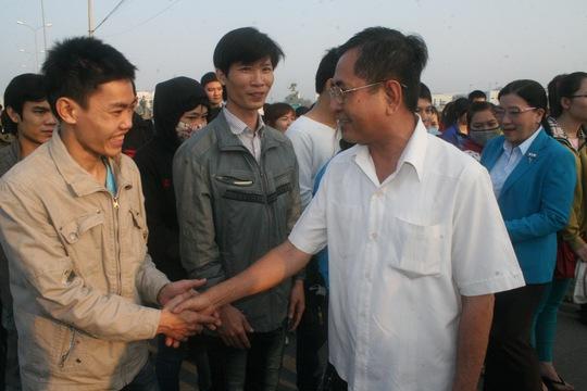 Ông Nguyễn Văn Rãnh, Trưởng Ban Dân vận Thành ủy TP HCM, động viên công nhân khó khăn về quê ăn Tết ẢNH: KHÁNH AN