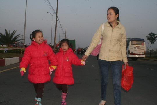 Về quê ăn Tết với ông bà vui quá mẹ ơi. Ba mẹ con chị Phạm Thị Tý, công nhân Công ty Upgain hớn hở lên xe về quê ăn Tết ẢNH: VĨNH TÙNG