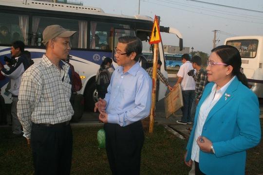 Ông Hứa Ngọc Thuận, Phó Chủ tịch UBND TP và bà Nguyễn Thị Bích Thủy, Phó Chủ tịch LĐLĐ TP, động viên công nhân về quê ăn Tết sáng 25-1 ẢNH: VĨNH TÙNG