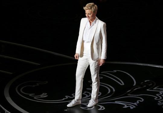 Ellen DeGeneres trong vest trắng trên sân khấu lễ trao giải