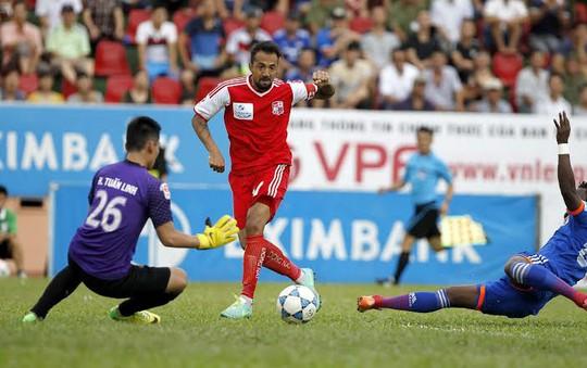 Đồng Nai (áo đỏ) dễ dàng thua Quảng Ninh 5 bàn liên tiếp gây nghi vấn