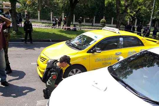 2 chiếc xe bị hư hại sau khi bom phát nổ. Ảnh: Bangkok Post