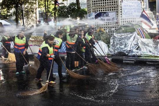 Dọn dẹp đường phố Bangkok nơi người biểu tình chiếm giữ trước đó. Ảnh: Reuters