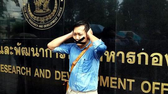 Phóng viên báo The Nation Pravit Rohanaphruk ra trình diện quân đội sau khi bị triệu tập  Ảnh: The Straits Times