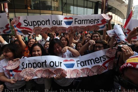 Người biểu tình quyên tiền cho nông dân ở Bangkok ngày 10-2. Ảnh: Bangkok Post