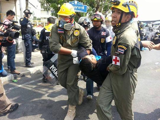 Một cảnh sát Thái Lan bị thương được đưa ra khỏi khu vực cầu Phan Pha