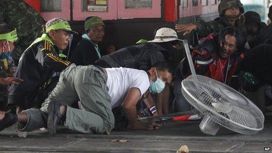 Người biểu tình chống chính phủ trong cuộc đụng độ ở Bangkok hôm 1-2. Ảnh: AP