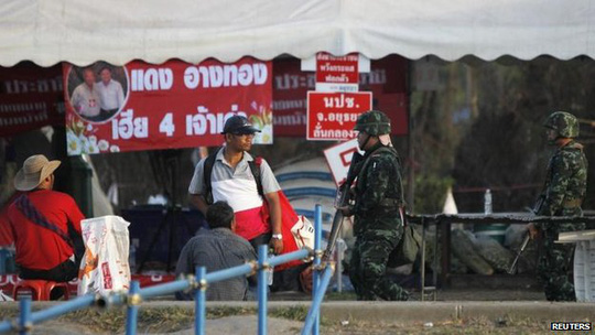 Binh lính tiến vào trại biểu tình của phe Áo đỏ tại tỉnh Nakhon Pathom. Ảnh: Reuters