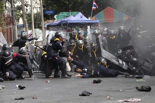 Cảnh sát bị thương trong vụ nổ tại cầu Phan Fah. Ảnh: EPA