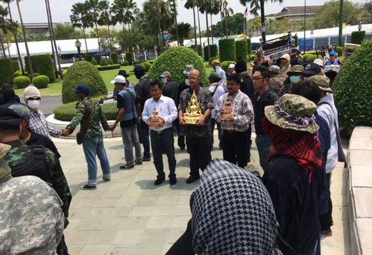 Nhóm người của đem tượng Phật vào khuôn viên Tòa nhà Chính phủ trưa 29-3. Ảnh: FACEBOOK