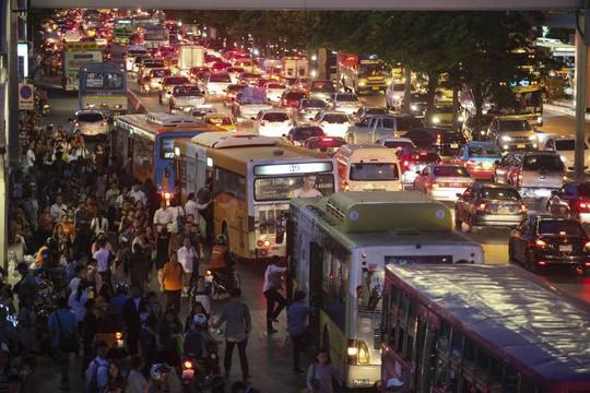 ... để trở về nhà trước giờ giới nghiêm ngày 22-5. Ảnh: Bangkok Post