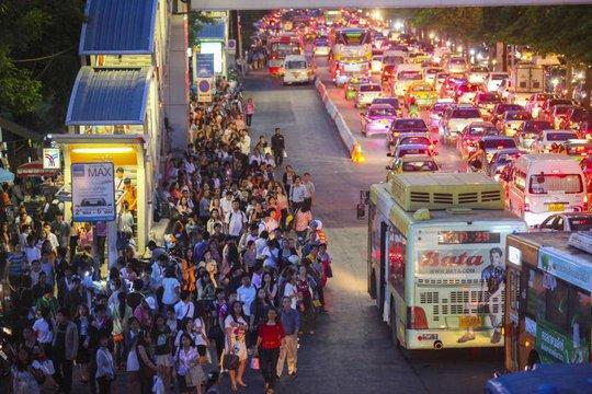 ...người dân chen chúc chờ xe buýt... Ảnh: Bangkok Post