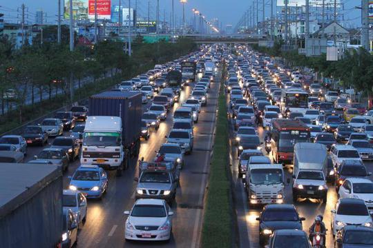 Xe cộ xếp hàng dài... Ảnh: Bangkok Post