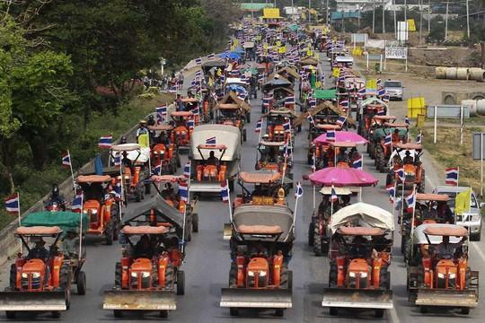 ...và trên đường tiến đến Bangkok ngày 20-2. Ảnh: Reuters