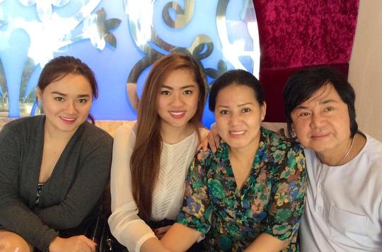 Nghệ sĩ Châu Thanh cùng con gái làm từ thiện